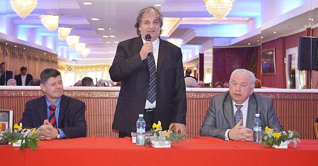 Larry Watts és Ioan Talpes (jobbra) egy könyvbemutatón. Fotó: ziarulactualitatea.ro