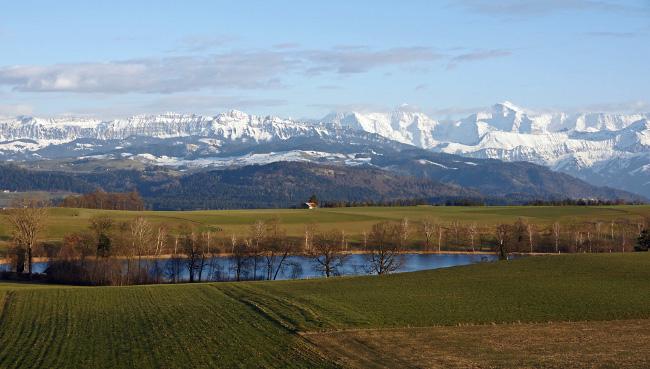 Gerzensee-i látkép, a háttérben az Alpokkal. Forrás: wetter-foto.de