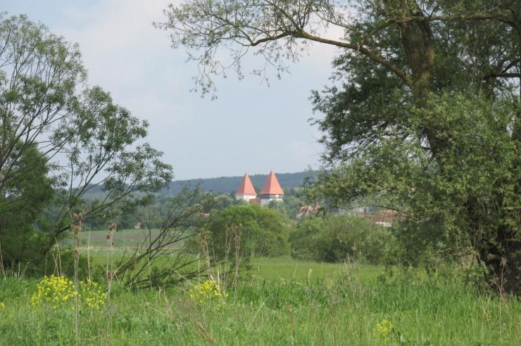 Messziről virít a lessesi (Schönberg, Dealu Frumos) erődtemplom teteje