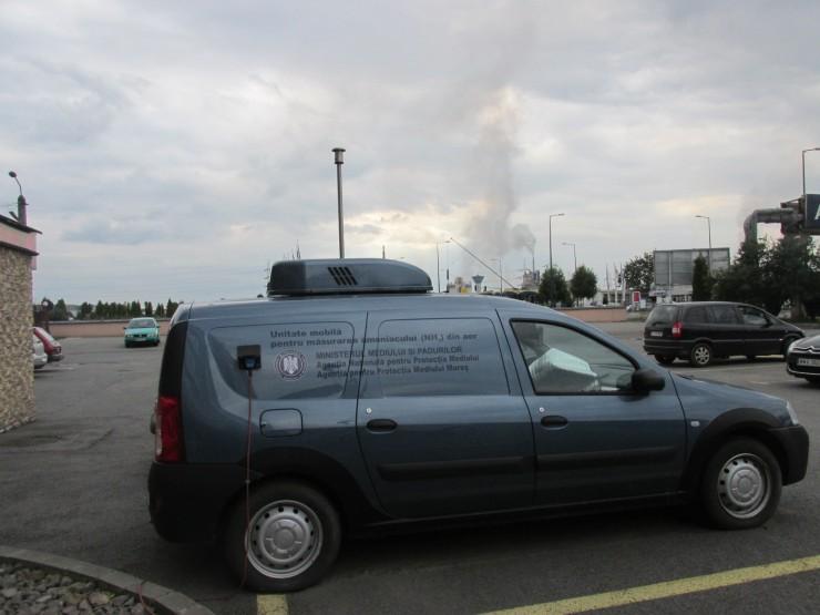 A Maros megyei Környezetvdégelmi Ügynökség mobil laboratóriuma, mely a levegő ammónia-tartalmát méri. A háttérben látszanak a kombinát kéményei. Fotó: Sipos Zoltán