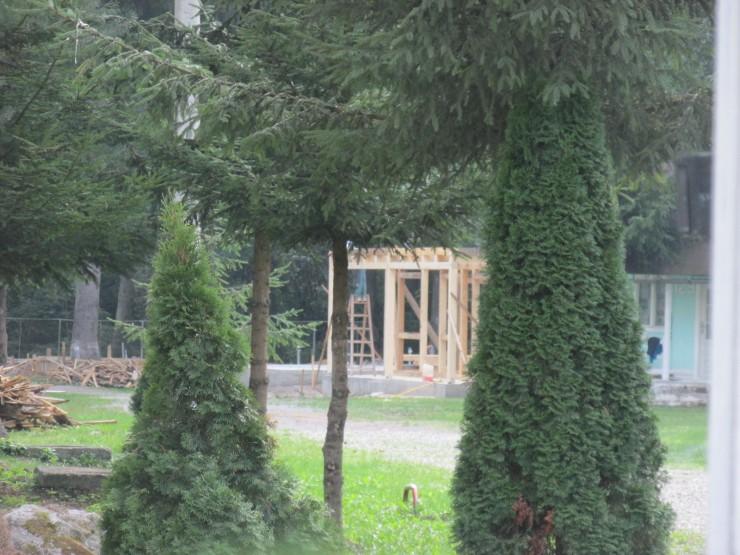 A kemping végében látszik az épülő faház