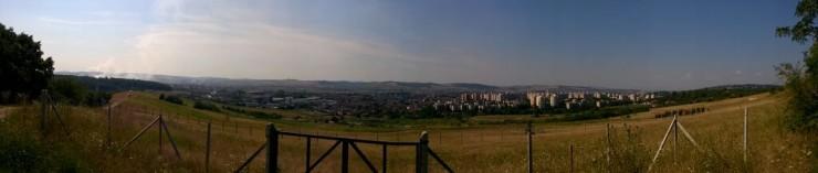 Marosvásárhely fölött az ég szennyezéssel, illetve szennyezés nélkül. A fotó ugyanarról a helyről, a város felett egy domboldalról készült, a Kishegyszőlő és a Bodon erdő között kb. félúton. Fotó: Varró István