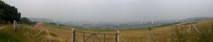 Panorama oraşului, de pe acelaşi loc, cu şi fără poluare. Foto: Varró István