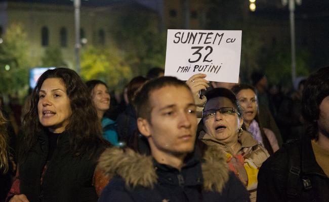 """""""32-vel kevesebben vagyunk"""" feliratú plakát a tüntetésen. Fotó: Ana Poenariu"""