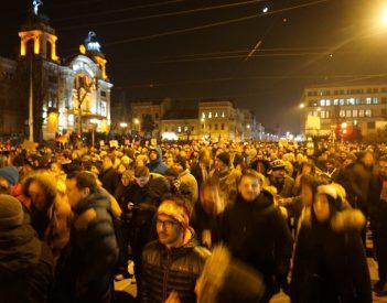 Az éj leple alatt módosított Btk. ellen tüntetnek Romániában