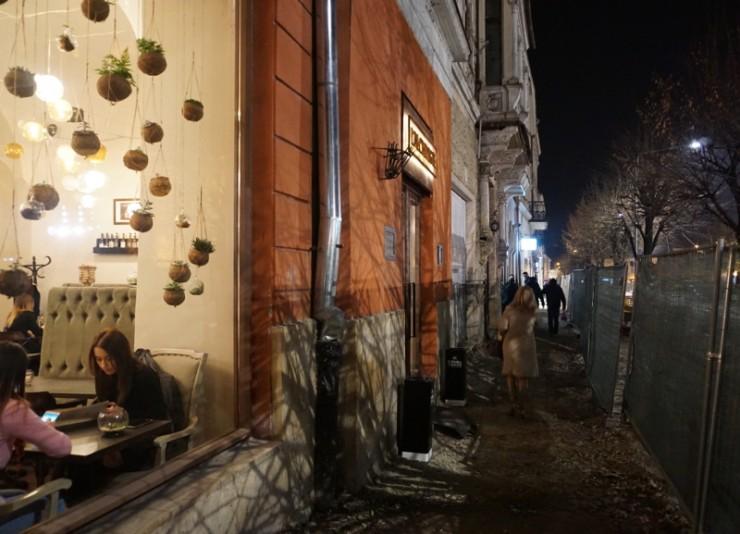 A L'Alchimiste a Főtér nyugati oldalán áll, melyet épp most alakítanak gyalogosövezetté, így akár terasszal is bővülhet hamarosan az étterem