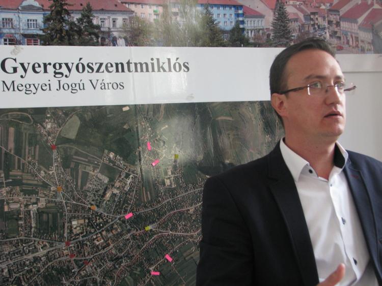 Nagy Zoltán polgármester mögött Gyergyszentmiklós térképén bejelölve a kihelyezésre kerülő térmegfigyelő kamerák helyszínei. Fotó: Jakab Hanga Villő