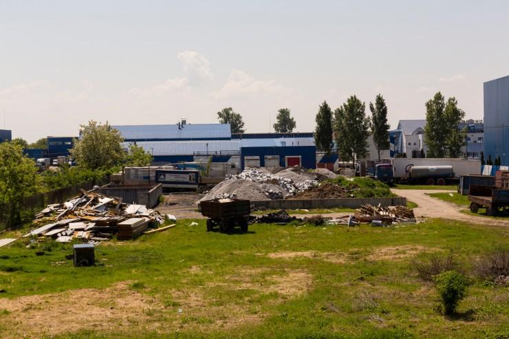 Nem túl rendezett az Unicarm-üzem udvara. Jól látszanak a szilárd hulladékból álló kupacok. Fotó: Móricz Csaba