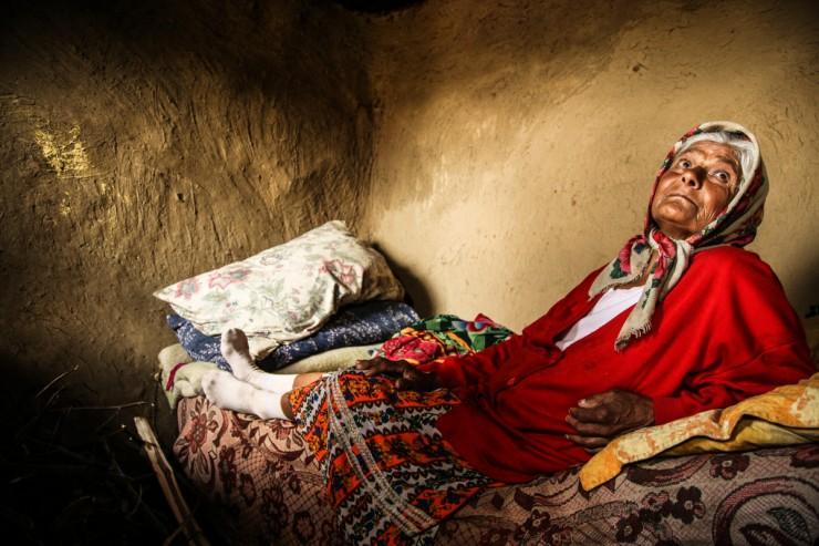 Erzsi néni a telepen a legidősebb, 77 éves. Fotó: Fodor Zsuzsanna