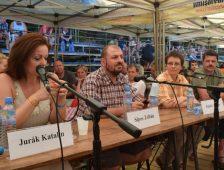 Pesti Srácok, fekete-fehér és Átlátszó Erdély: oknyomozók cicaharca Tusványoson