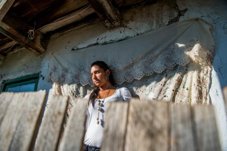 Roma lány Angyaloson 2017. október 17-én. MTI Fotó: Balogh Zoltán