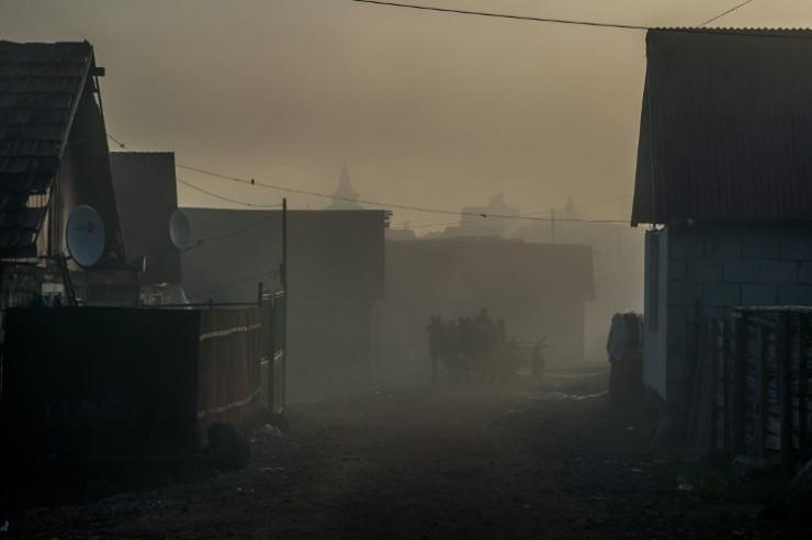 Romák egy lovas szekéren a reggeli ködben Sepsiszentgyörgyön, az Őrkői cigánytelepen 2017. október 18-án. MTI Fotó: Balogh Zoltán