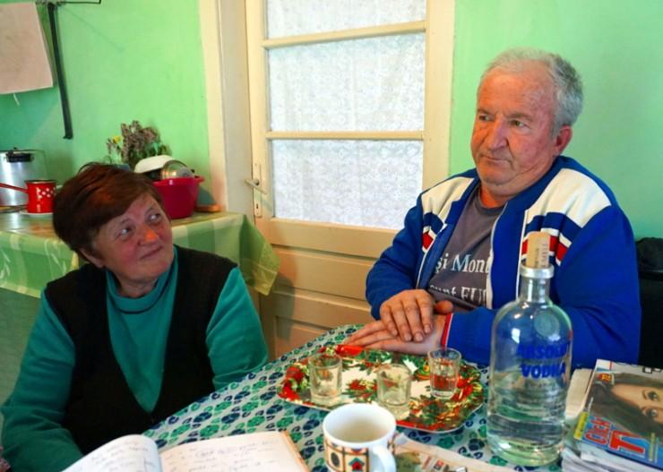 Cornea és felesége: bár lett volna szék is, az asszony mégis inkább a lócát választotta