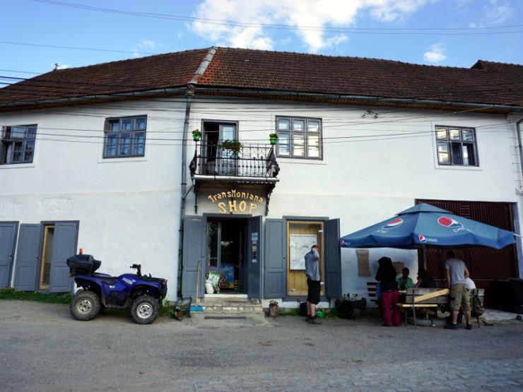 A bolt, ahol választ kapsz kérdéseidre. Az épületet a Fogadj örökbe egy házat! program önkéntesei újították fel.