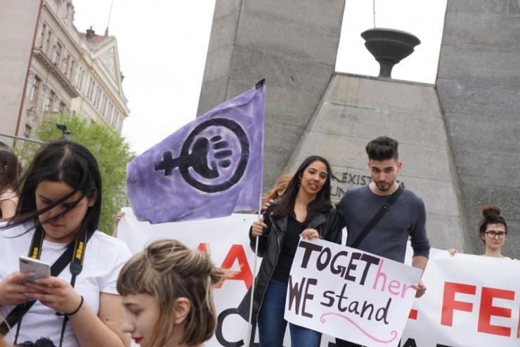 Fekete-lila (anarcho-feminista) szimbólum a női egyenjogúságért szervezett felvonuláson