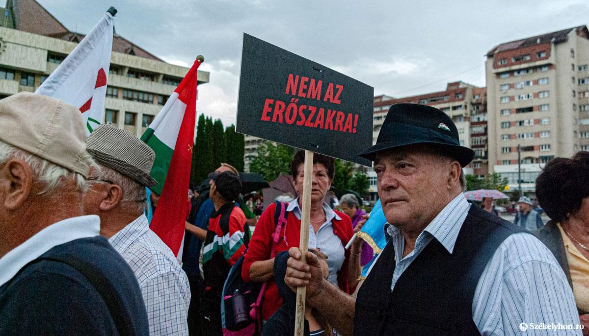 Tüntetés Csíkszeredában az úzvölgyi katonatemetőért