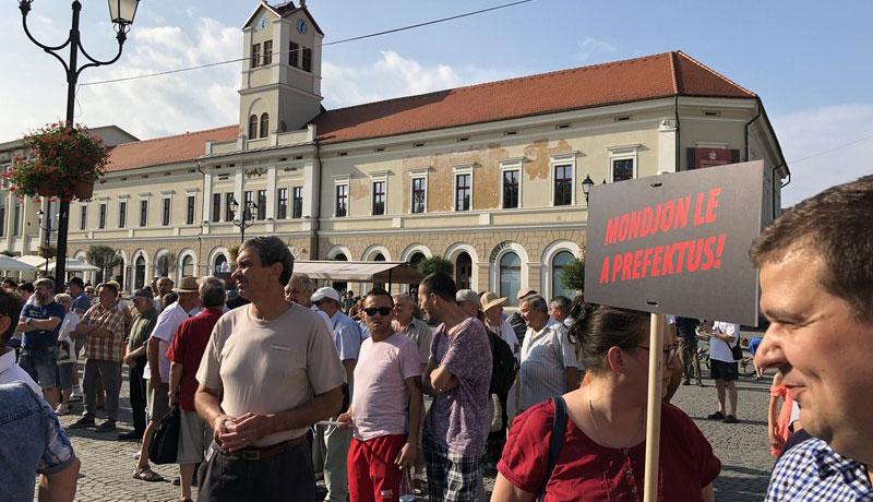 Tüntetés az úzvölgyi katonatemetőért Sepsiszentgyörgyön június 27-én