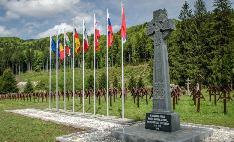 Az emlékműnek szánt ortodox kereszt az úzvölgyi katonatemetőben.