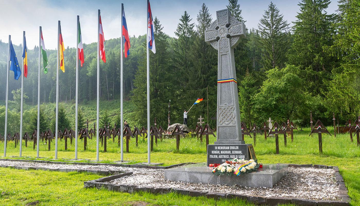 Az új emlékmű és a régi keresztek az úzvölgyi katonatemetőben