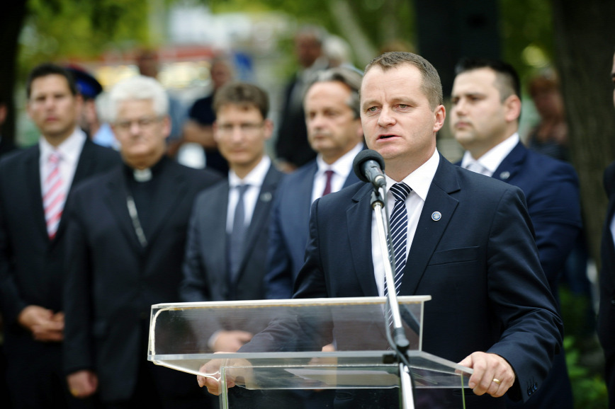 Magyarországi közpénzekből egészíti ki jövedelmét az MPP elnöke