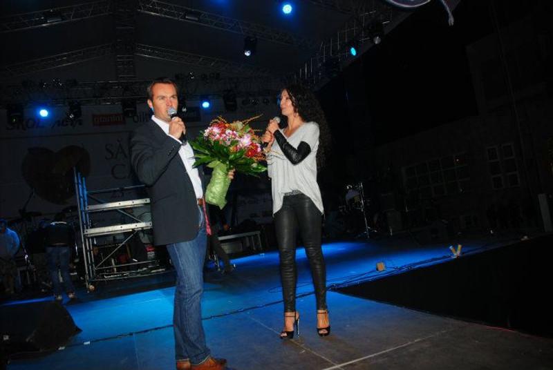 Cătălin Chereceş nagybányai polgármester Mihaela Rădulescu-val a 2011-es Gesztenyefesztivál színpadán. Fotó: Facebook