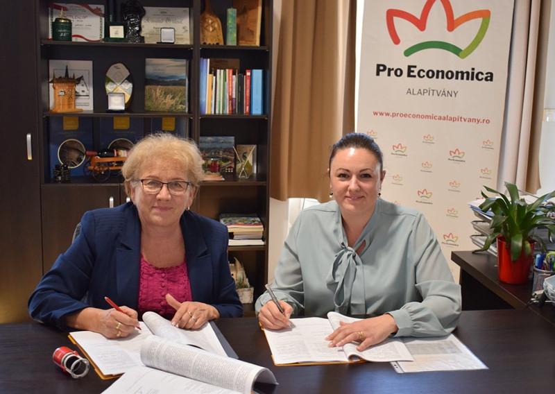 Kozma Mónika (jobbra) aláírja a támogatási szerződést az egyik nyertessel. Fotó: Pro Economica Alapítvány Facebook-oldala