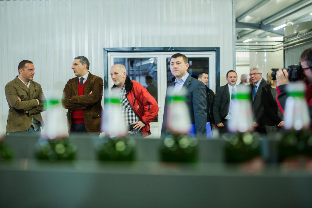 Borboly Csaba Hargita megye tanácselnöke (szürke zakóban középen) a Csíki Sör Manufaktúrában szervezett látogatáson. A fotón bal oldalt Lénárd András, a sörgyár tulajdonosa valamint Lázár János fideszes politikus. Fotó: borbolycsaba.ro