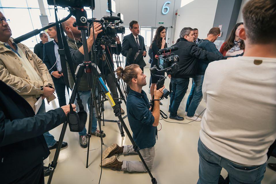Borítókép: újságírók egy RMDSZ-nél tartott sajtótájékoztatón. Fotó: az RMDSZ Facebook-oldala