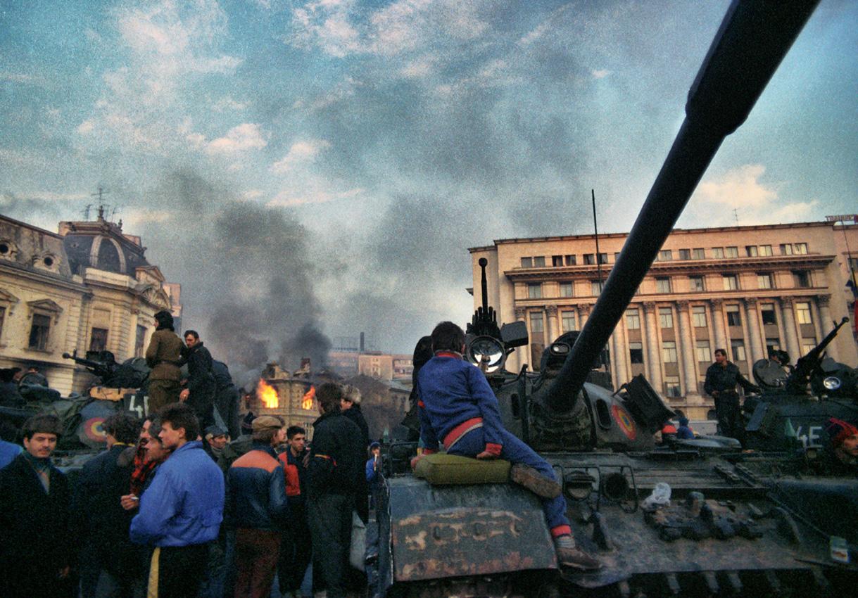 Tüntetők 1989-ben Bukarestben. Fotó: Andrei Iliescu