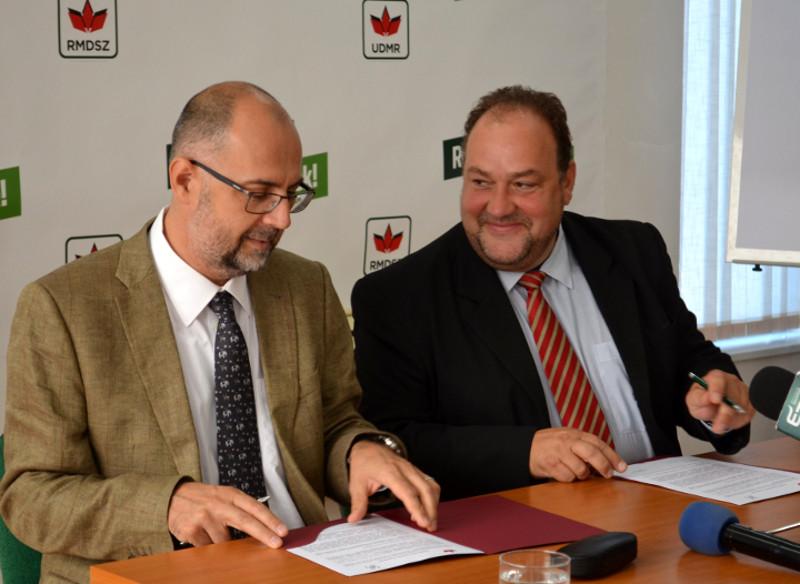 Kelemen Hunor és Biró Zsolt elégedett mosollyal írják alá az RMDSZ-MPP megállapodást 2016 szeptember 15.-én. Fotó: Szabó Tünde