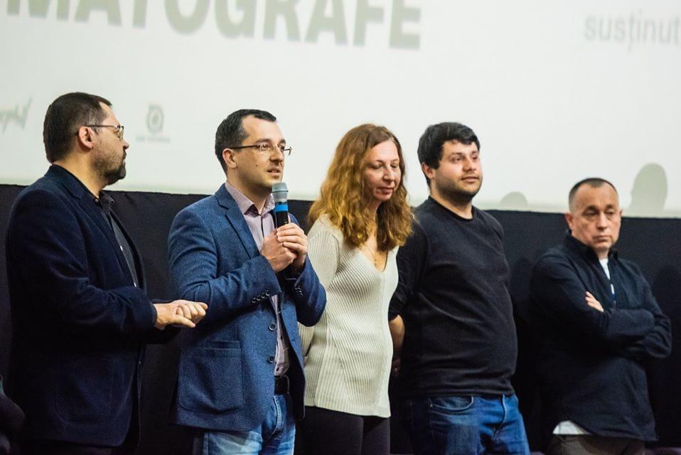Vlad Voiculescu volt egészségügyi miniszter (mikrofonnal), mellette jobbra Mirela Neag, Răzvan Luțac és Cătălin Tolontan újságírók