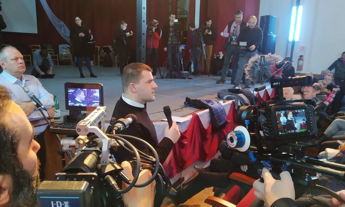 Bíró Károly katolikus segédlelkész a falugyűlésen. Fotó: Sipos Zoltán