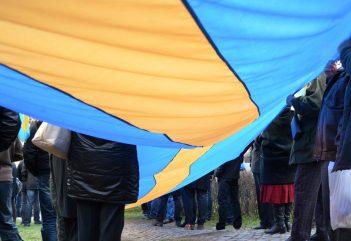 Magyar kormányzati források látványos hiányában gyűlt össze az egymillió aláírás