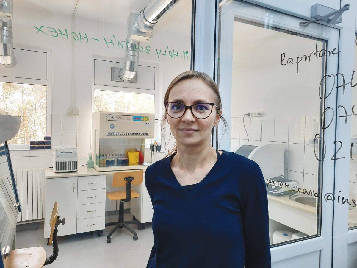 Albert Beáta professzor, a Csíkszeredai Megyei Sürgősségi Kórház molekuláris biológiai laboratóriumának a vezetője. Háttérben balra látható a polimeráz-láncreakció alapú teszthez használt Real Time PCR eszköz. Fotó: Hargita Népe