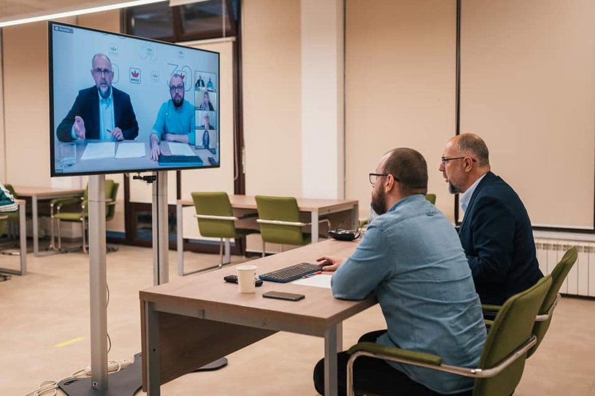 Kelemen Hunor elnök és Porcsalmi Bálint ügyvezető telekonferenciáznak. Fotó: az RMDSZ Facebook oldala