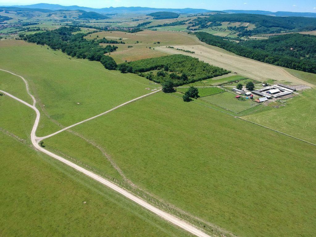 A polgármester családjának tulajdonított farm, felülnézetből. A Nagybacon fele tartó vízvezeték az út mellett (a fotó lenti része) található, a farm fele tartó út mentén (jobbra) látszik a lefektetett vízcső. Fotó: Egyed Ufó Zoltán