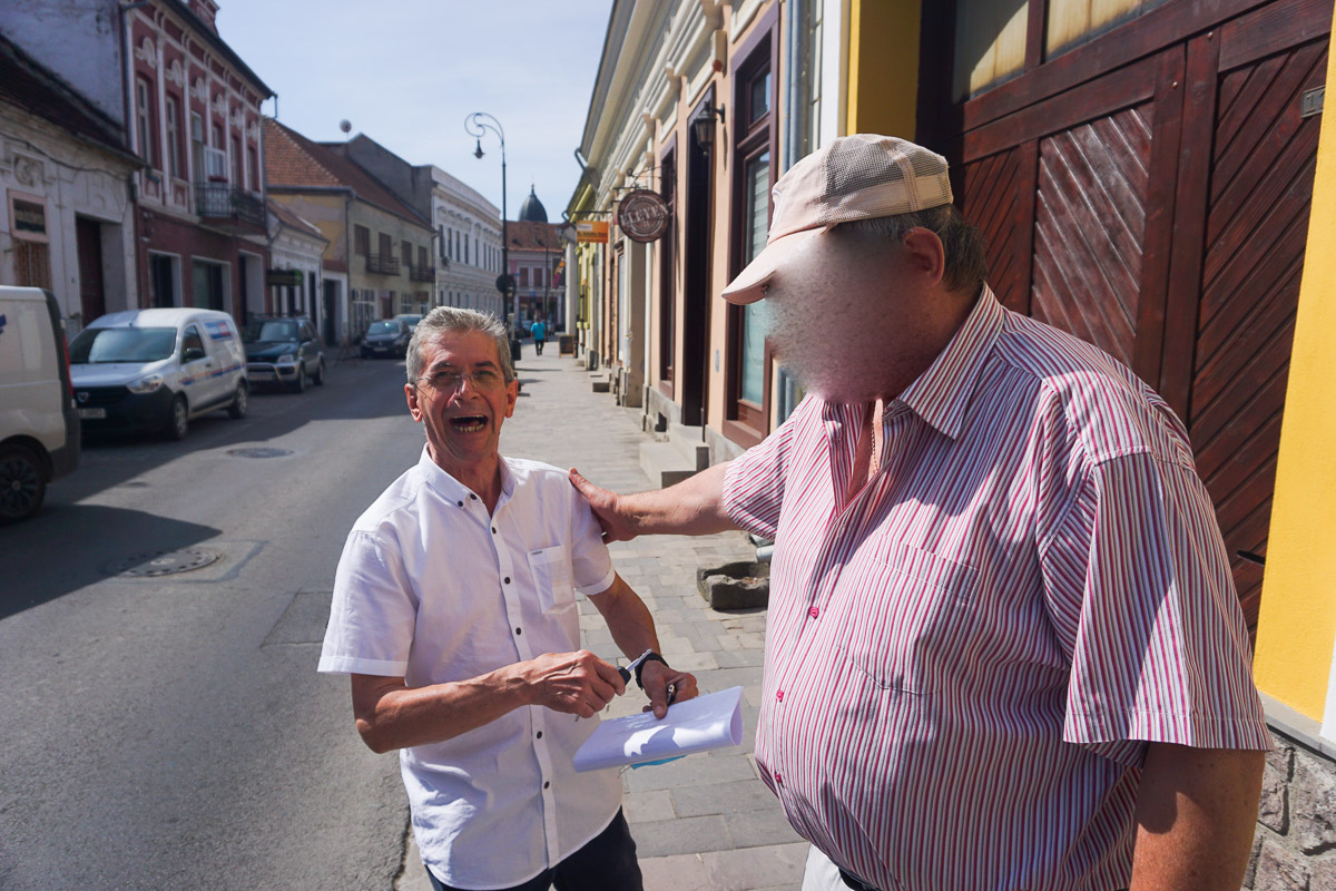 Sepsiszentgyörgy, Csíki utca, utcai beszélgetés az új PUZ-ról.