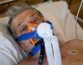 Ezt üzeni a székelyeknek Péter bácsi a Covid-kórház intenzív osztályáról (videó)