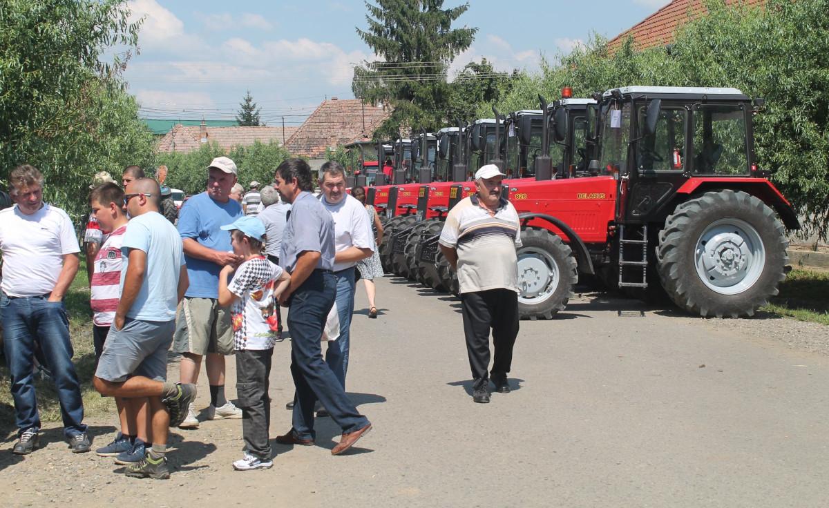 Tractoare Belarus 820 pe o fotografie publicată pe pagina Facebook al Fundației Pro Economica