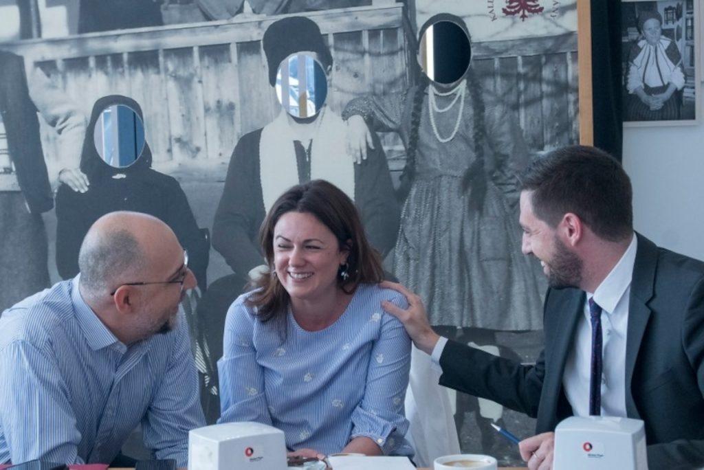 Mónika Kozma, directorul executiv al Fundației Pro Economica (în mijloc) împreună cu Hunor Kelemen, președintele UDMR. Foto: pagina Facebook al fundației