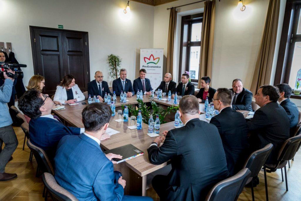 Az RMDSZ vezetősége egyeztet a Szijjártó Péter külügyminiszter által vezetett küldöttséggel a gazdaságfejlesztési támogatásokról. Fotó: Pro Economica Alapítvány Facebook-oldala