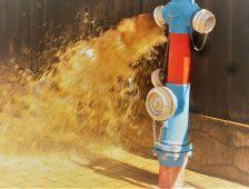 Apa din Târgu Secuiesc se filtrează din fonduri europene, dar tot e murdară