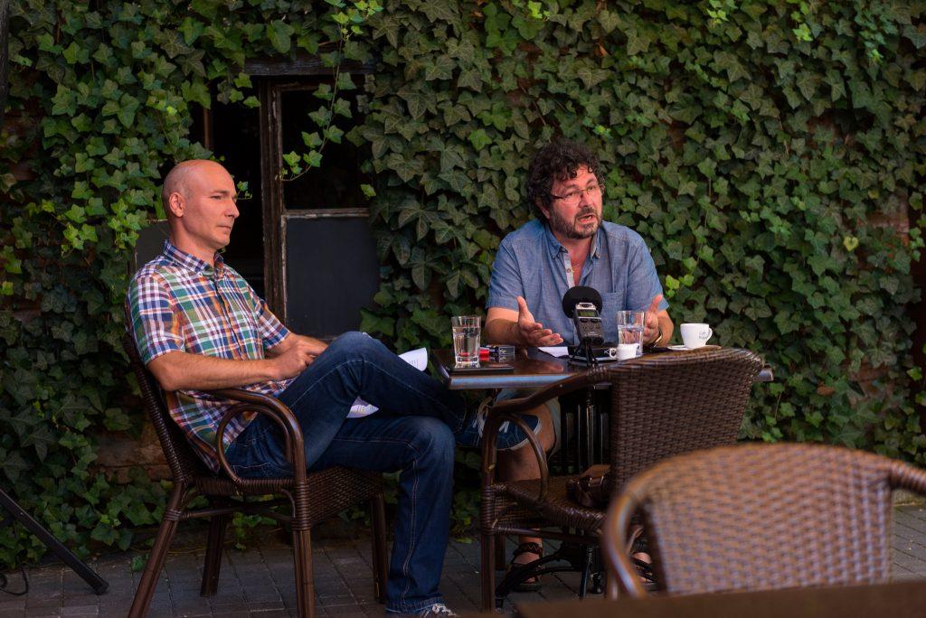 Urmánczi Jenő bábszínész (balra) és Vadas László bábrendező a sajtótájékoztatón 2020 augusztus 18.-án. Fotó: az RMDSZ Facebook-oldala