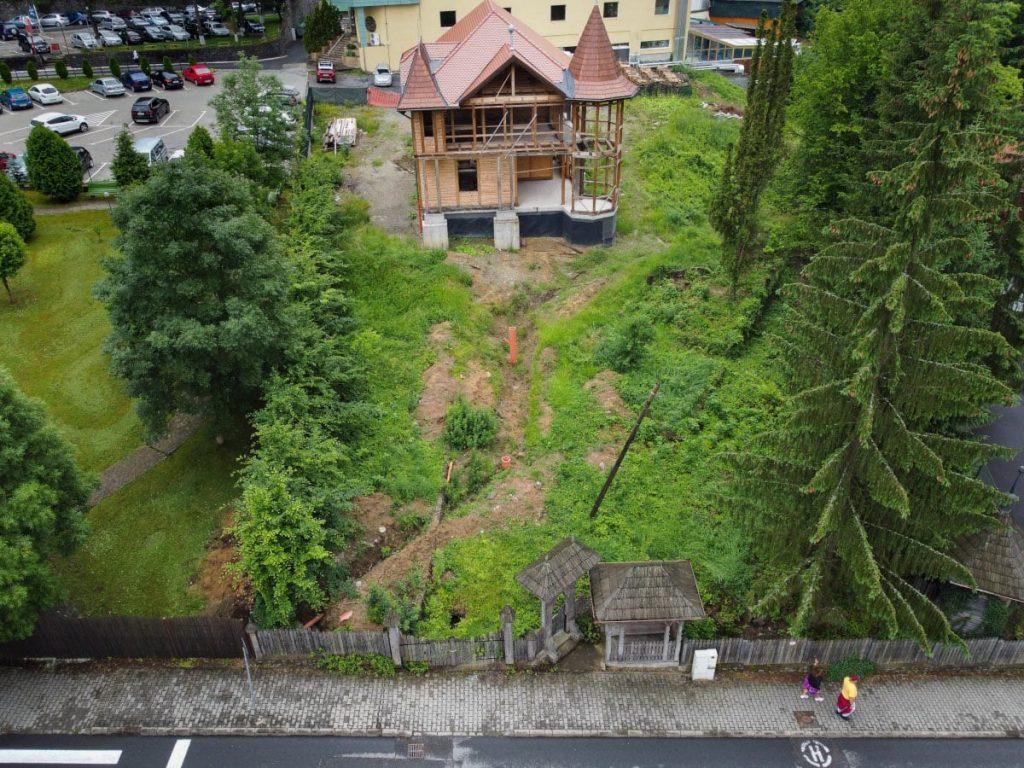 A Bernády-villa felülnézetből, 2021 nyarán. A sövénnyel elválasztott baloldali telek egykor a villához tartozott, azt 2011-ben osztották fel. Fotó: Egyed Ufó Zoltán