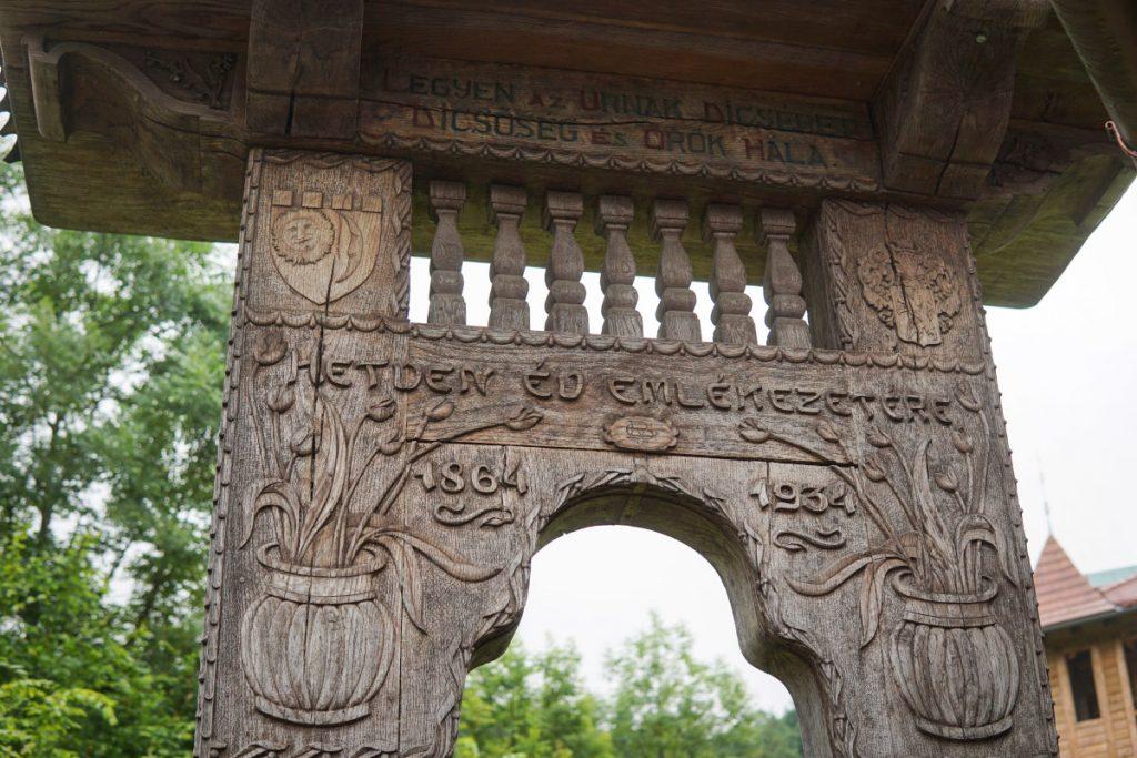 Poarta secuiască sculptată și pictată a vilei. (Foto: Zoltán Egyed Ufó)